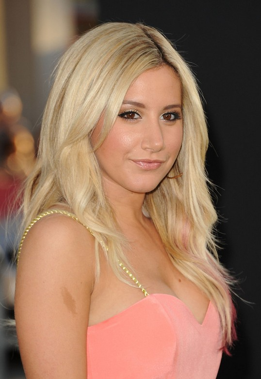 Ashley Tisdale Layered Cut: Lässige blonde lange Haare