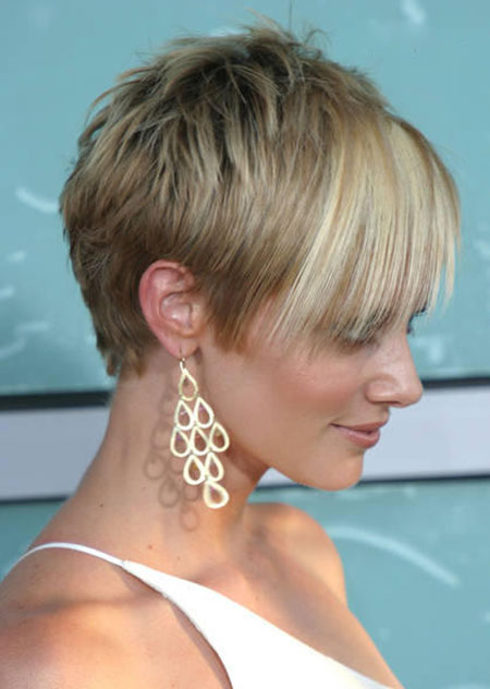 Lovely Short Straight Hairstyle
