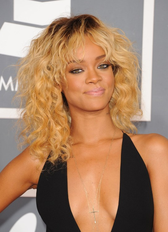 Rihanna Medium Haircut: Blonde Locken