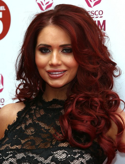 Amy Childs Hair Styles 2018: Rote lange lockige Frisur