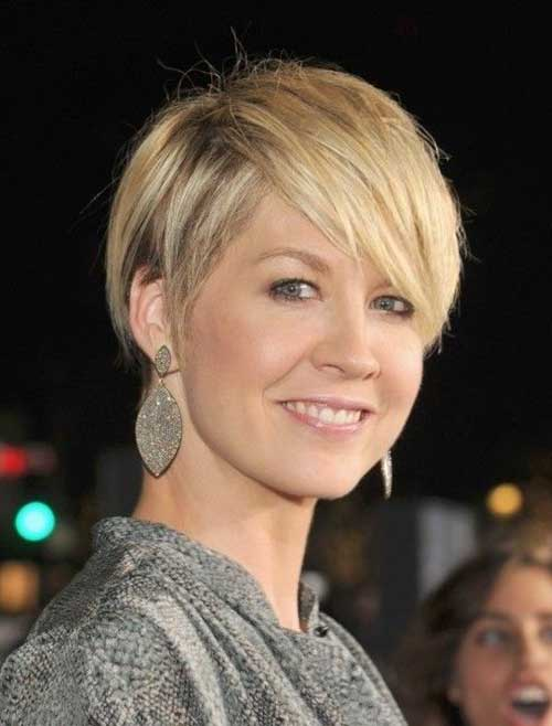 Short Haircuts for Women Over 40-20