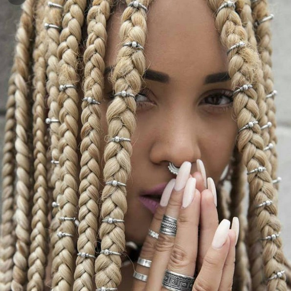 Box Braids Frisuren mit Accessorize - Blonde Braid