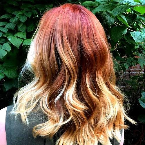 Rote und blonde Ombre-Highlights