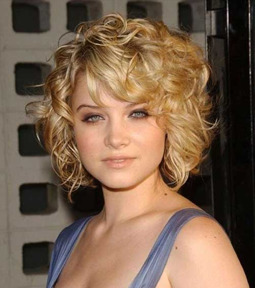 Short Haircuts for Women Over 40-16