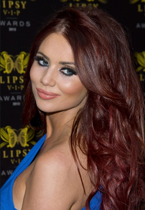 Amy Childs Hair Styles 2018: Rote lange gewellte Frisur